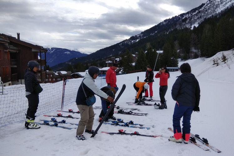 Turis Indonesia bermain ski di Pegunungan Alpen di sisi Les Avanchers, Valmorel, Perancis, Senin (9/4/2018). Pegunungan Alpen di sisi Les Avanchers merupakan salah satu tempat bermain ski untuk pemula.