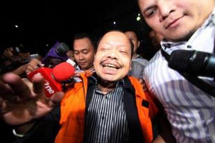 Mantan Ketua Komisi VII DPR Sutan Bhatoegana (memakai rompi tahanan) ditahan oleh Komisi Pemberantasan Korupsi di Jakarta, Senin (2/2/2015). Sutan ditahan terkait dugaan suap kegiatan di Kementerian ESDM.
