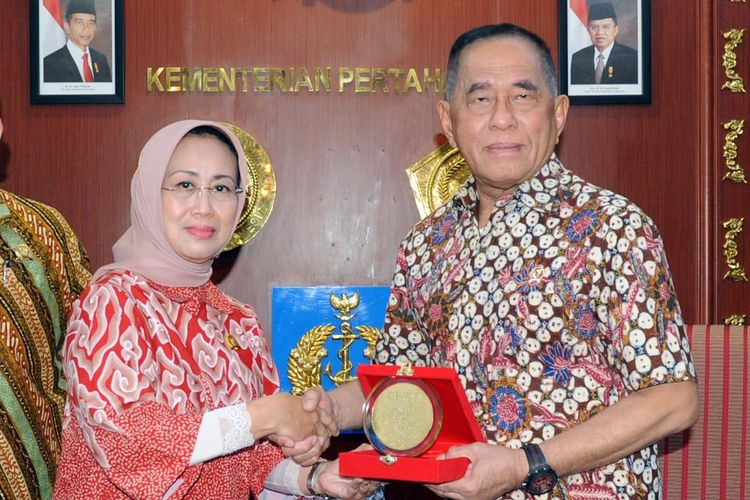 Kementerian Pertahanan (Kemhan) diwakili Menteri Pertahanan Ryamizard Ryacudu menerima Penganugerahan Tertinggi Predikat Survei Kepatuhan 2018 dari Lembaga Negara Pengawas Pelayanan Publik Ombudsman RI, di Kantor Kemhan, Jakarta (25/5/2019).