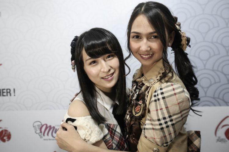 Member JKT48 Stephanie Pricilla (kanan) dan member AKB48 Saya Kawamoto berpose usai menghibur para penonton dalam acara Jak-Japan Matsuri 2018 di Plaza Tenggara, Gelora Bung Karno (GBK), Senayan, Jakarta, Minggu (9/9/2018). Stephanie dan Kawamoto mengikuti program pertukaran pelajar JKT48-AKB48 selama satu bulan.