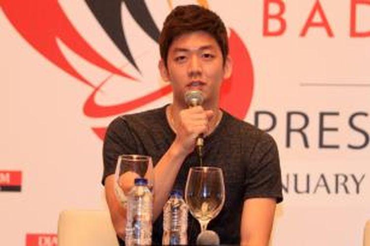 Pebulu tangkis Korea Selatan, Lee Yong-dae, berbicara dalam konferensi pers jelang Djarum Superliga di Hotel Indonesia Kempinski, Jakarta, Rabu (21/1/2015).