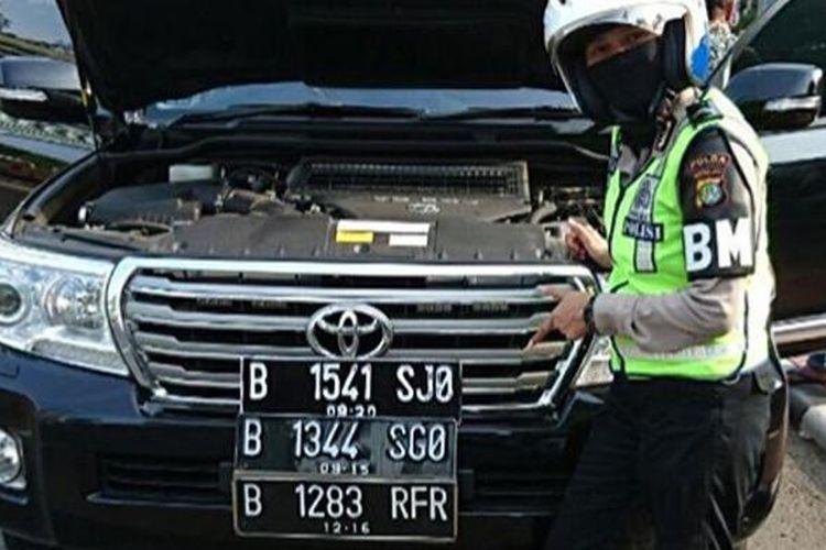 Pengguna SUV Toyota ini diamankan polisi karena ketahuan memiliki pelat nomor lebih dari satu untuk mengakali aturan ganjil-genap.