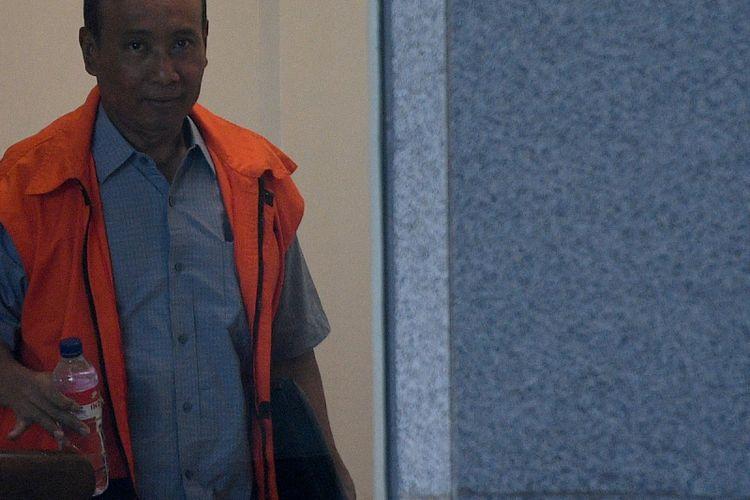 Terpidana kasus korupsi KTP Elektronik Sugiharto menaiki tangga menuju ruang pemeriksaan di gedung KPK, Jakarta, Selasa (10/10). Sugiharto diperiksa sebagai saksi dalam kasus korupsi KTP Elektronik dengan tersangka Direktur Utama PT Quadra Solution Anang Sugiana Sudihardjo. ANTARA FOTO/Sigid Kurniawan/kye/17.