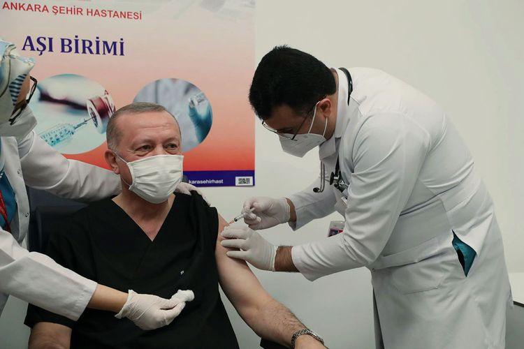 Presiden Turki Recep Tayyip Erdogan menerima suntikan vaksin ovid-19 yang diproduksi Sinovac pada 14 Januari 2021, sehari setelah otoritas kesehatan setempat memberikan lampu hijau vaksin buatan China itu digunakan.