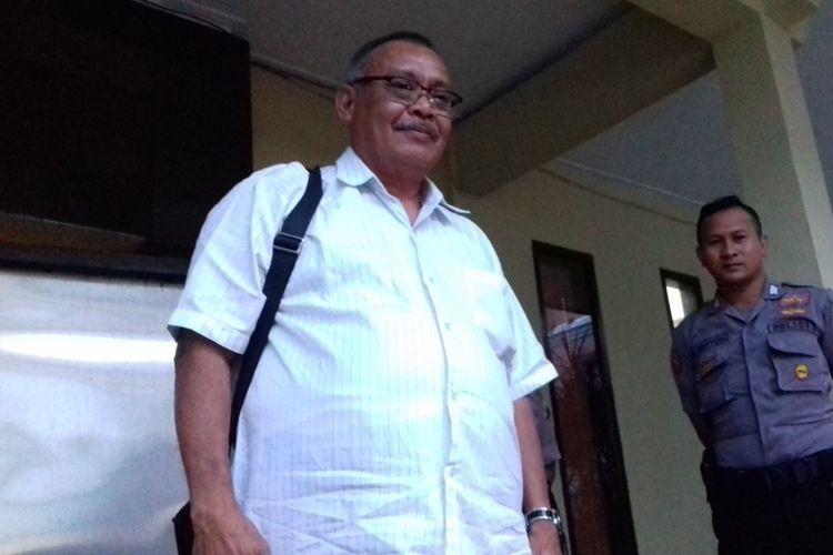 Kepala Badan Pengelola Keuangan dan Aset Daerah (BPKAD) Kabupaten Malang Willem Petrus Salamena usai diperiksa sebagai saksi oleh penyidik KPK di Mapolres Malang Kota pada Senin (26/11/2018).