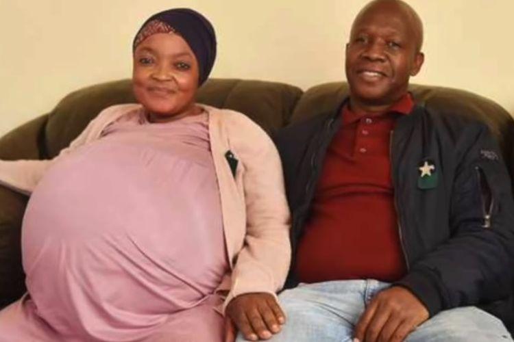 Gosiame Thamara Sithole (kiri) yang melahirkan 10 anak dan suami, Tebogo Tsoetsi (kanan). [SS/TOUTUBE/THENJIWE TV]
