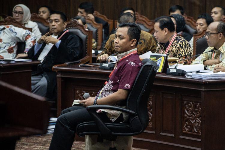 Saksi dari pihak terkait Candra Irawan (tengah) mengikuti sidang Perselisihan Hasil Pemilihan Umum (PHPU) presiden dan wakil presiden di Gedung Mahkamah Konstitusi, Jakarta, Jumat (21/6/2019). Sidang tersebut beragendakan mendengar keterangan saksi dan ahli dari pihak terkait yakni paslon nomor urut 01 Joko Widodo (Jokowi)-Maruf Amin.