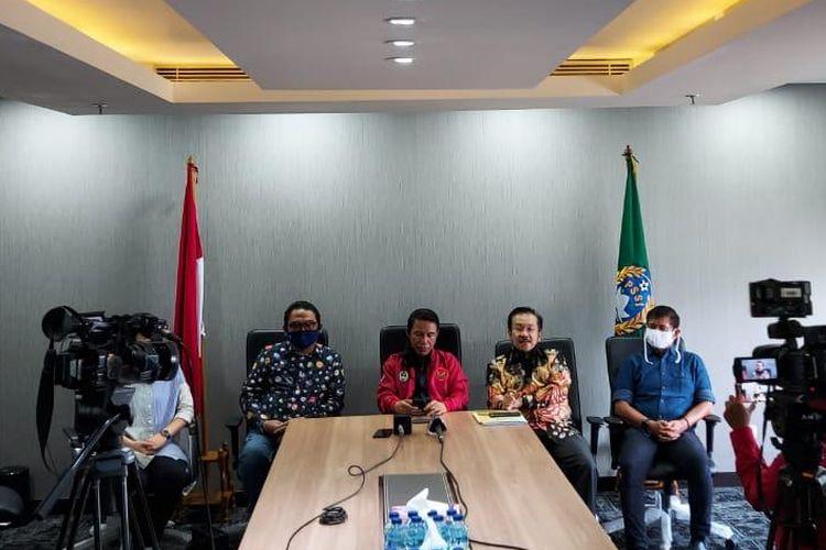 Plt Sekjen PSSI, Yunus Nusi (jaket merah), memberikan keterangan terkait polemik PSSI dengan Shin Tae-yong di Kantor PSSI, Kamis (18/6/2020).