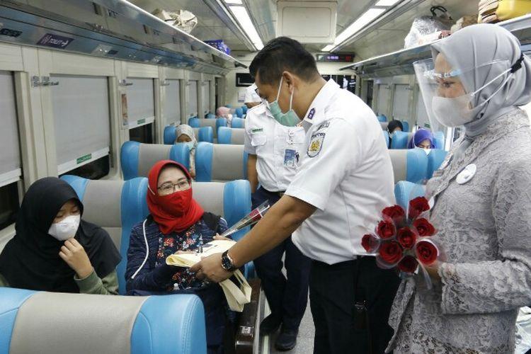 Sejumlah petugas wanita PT Kereta Api Indonesia Daop 1 Jakarta menggunakan seragam kerja yang tak seperti biasanya dalam melayani calon penumpang di stasiun. Mereka serempak menggunakan kebaya saat bekerja. Hal ini sebagai aksi untuk memperingati Hari Kartini yang jatuh pada 21 April.
