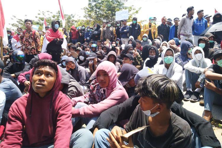 Sejumlah pelajar dari berbagai sekolah tingkat menengah atas dan kejuruan memadati Jalan Teuku Umar Gedung DPRD Kaltim, Samarinda, Kamis (26/9/2019).