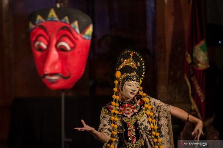 Penari Sanggar Purwa Kencana Cirebon menampilkan Tari Topeng pada acara Solo International Mask Festival 2019 di Balaikota, Solo, Jawa Tengah, Jumat (5/7/2019). Pertunjukan yang berlangsung 5-6 Juli tersebut sebagai upaya melestarikan kesenian tradisional Tari Topeng