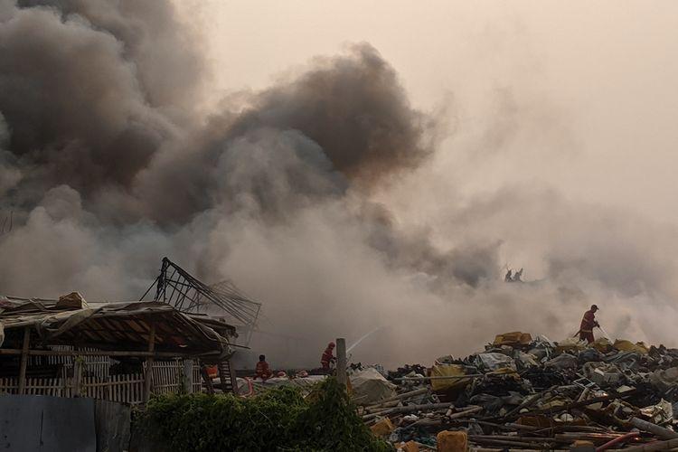 Kebakaran di Pabrik Limbah Plastik di Dekat Bandara Soekarno Hatta, Selasa (24/9/2019).