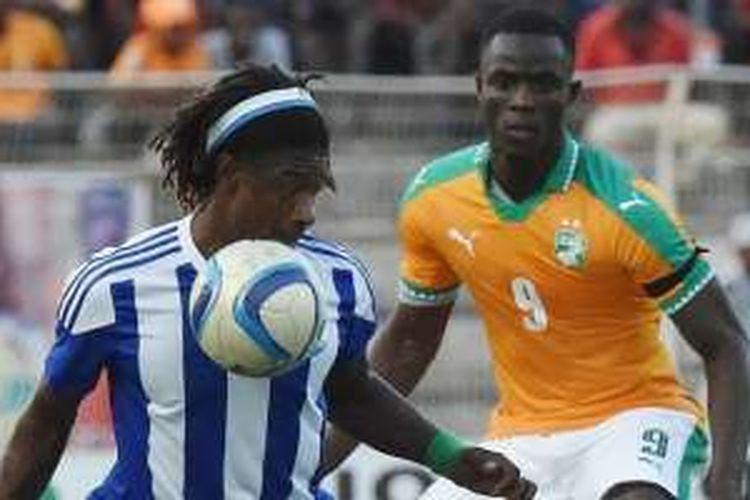 Aksi bek Pantai Gading dan Manchester United, Eric Bailly (kanan), saat mengawal pergerakan Mohamed Bangura dari Sierra Leone dalam duel Kualifikasi Piala Afrika di Stade de la Paix, Bouake, Sabtu (3/9/2016).