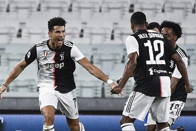 Penyerang Portugal Juventus Cristiano Ronaldo (C) merayakan setelah mencetak gol selama pertandingan sepak bola Serie A Italia antara Juventus dan Sampdoria bermain secara tertutup di Stadion Allianz di Turin pada 26 Juli 2020.