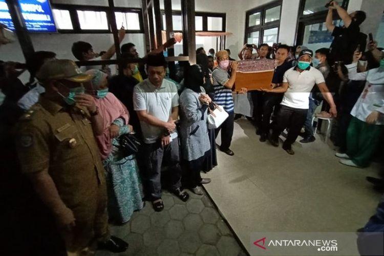 Jenazah mahasiswi Bengkulu dibawa keluarga setelah dilakukan otopsi