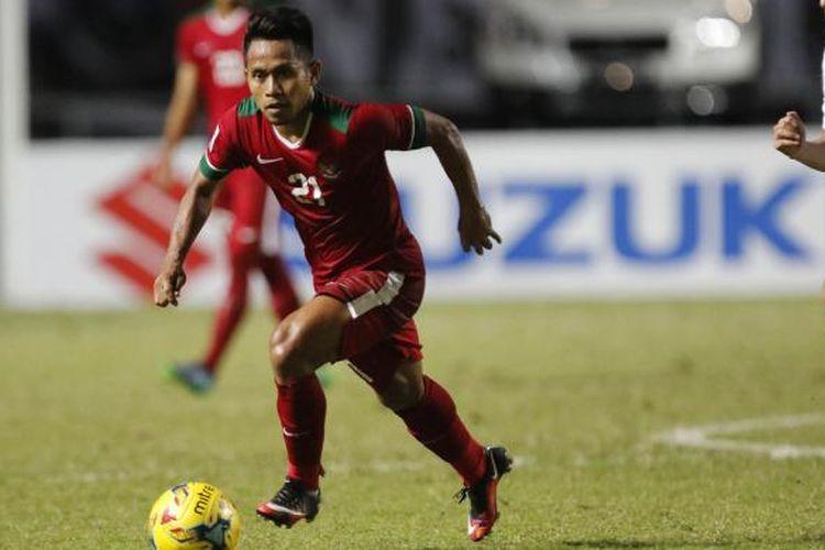 Pesepak bola Indonesia Andik Vermansah menggiring bola pada semi final putaran pertama AFF Suzuki Cup 2016 di Stadion Pakansari, Kabupaten Bogor, Jawa Barat, Sabtu (3/12/2016). Indonesia memang atas Vietnam dengan skor 2-1.