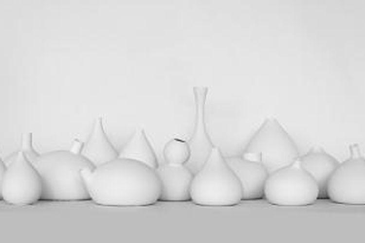 Desainer Swedia, Jomi Evers Solheim menciptakan koleksi vas porselen dari cetakan berbentuk balon yang diisi udara dan air.