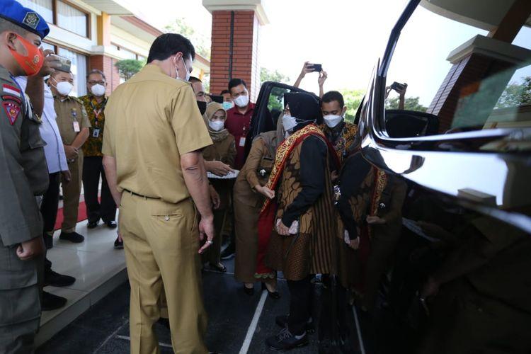 Menteri Sosial (Mensos) Tri Rismaharini saat mengunjungi Balai Rehabilitasi Sosial Penyandang Disabilitas Fisik (BRSPDF) Palembang, Selasa (11/5/2021).
