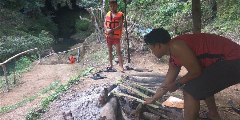 Usai lelah bermain air, wisatawan membakar ikan di area Goa Lalay, Pangandaran, Jawa Barat.
