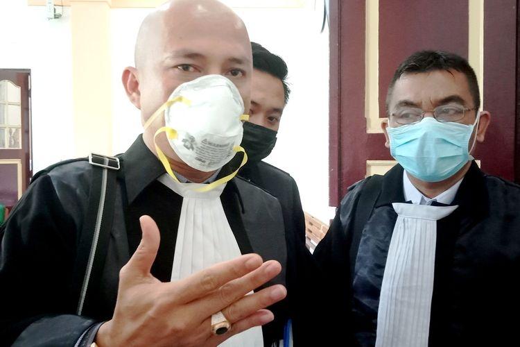 Tiga penasihat hukum terdakwa masing-masing Ranto Sibarani, Kamaluddin Pane dan Gumilar Aditya Nugroho saat dimintai komentarnya di PN Medan, Jumat (8/5/2020)
