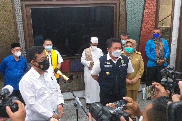 Dir Intel Polda Sumsel Kombes Pol Ratno Kuncoro (kiri) dan Gubernur Sumsel Herman Deru (kanan) memberikan pernyataan pers terkait bantuan hoaks Rp 2 Triliun dari keluarga Akidi Tio, Senin (2/8/2021).