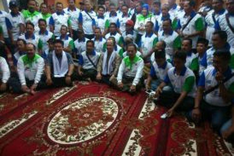Sekretaris Jenderal Kementerian Desa Tertinggal dan Transmigrasi Sanusi Anwar (berkacamata, duduk di tengah berkemeja) bersama camat, kepala desa, dan lurah sekabupaten Banjar.