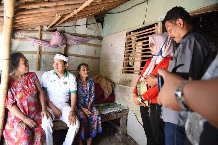 Anggota DPR RI Dedi Mulyadi mendatangi rumah Mak Iroh (kanan), yang merawat empat cucu di di Dusun Krajan 2, RT 019 RW 003, Desa Curug, Kecamatan Klari, Kabupaten Karawang, Sabtu (21/12/2019).