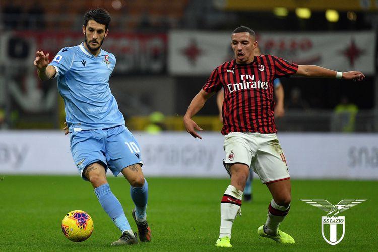 Luis Alberto dibayang-bayangi Ismael Bennacer pada pertandingan AC Milan vs Lazio dalam lanjutan Serie A Liga Italia di San Siro, 3 November 2019.