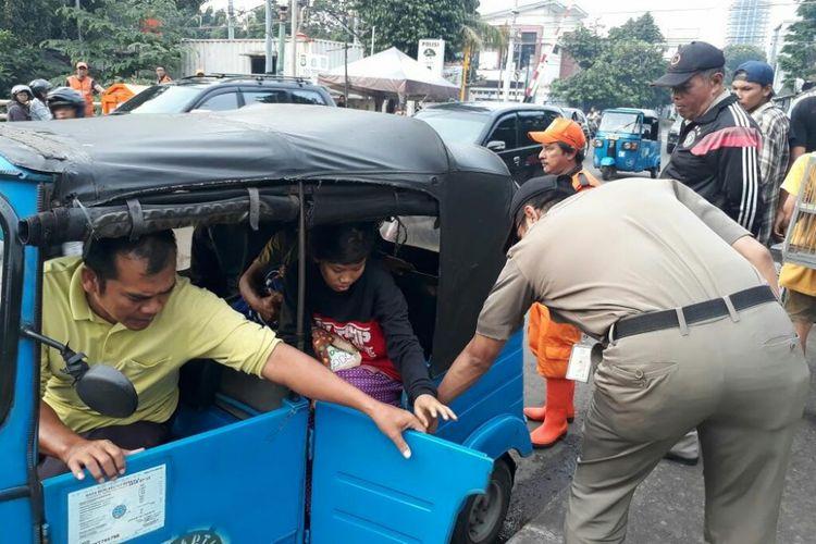 PMKS yang tinggal di kolong jembatan Pasar Rumput dipulangkan oleh Kecamatan Setiabudi, Jakarta Selatan, Kamis (8/2/2018).