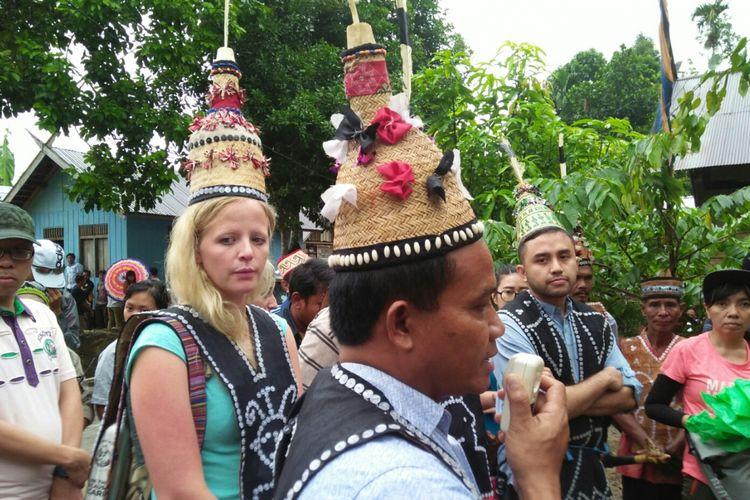 Para tamu ke Desa Lopusdi, Kecamatan Delang, Kabupaten Lamandau, Kalimantan Tengah, dipakaikan topi kehormatan adat Dayak, Jumat (30/11/2017).