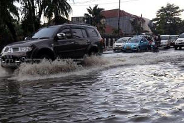 Jangan asal melintasi genangan air atau banjir, bisa berakibat fatal.