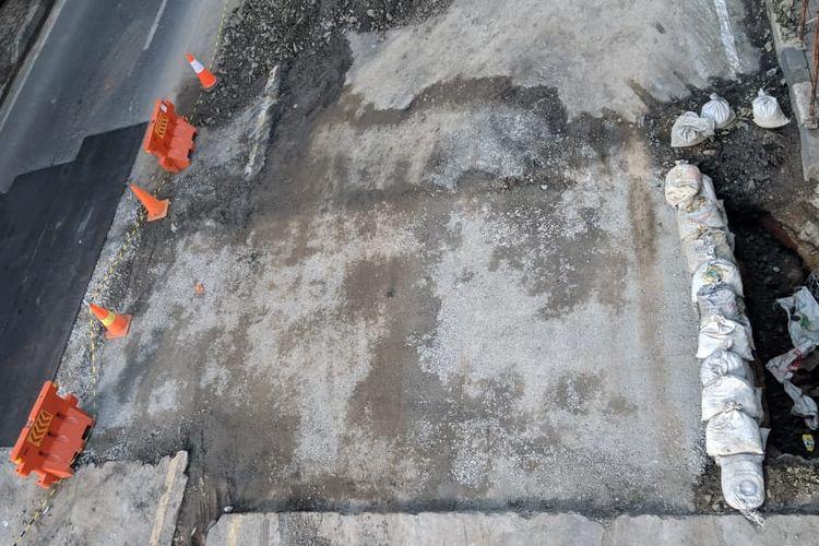 Kondisi Jalan Daan Mogot kilometer 22 Kota Tangerang, Kamis (16/1/2020). Jalan itu sebelumnya ambles. Perbaikannya memakan waktu lima hari.
