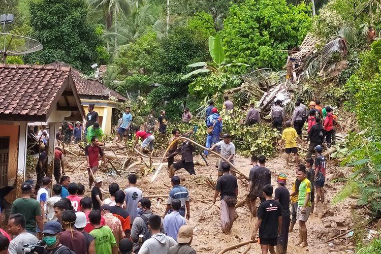 Tim gabungan membersihkan material longsor yang menimpa sebuah rumah di di Grumbul Kali Cawang, Desa Banjarpanepen, Kecamatan Sumpiuh, Kabupaten Banyumas, Jawa Tengah, Selasa (17/11/2020).
