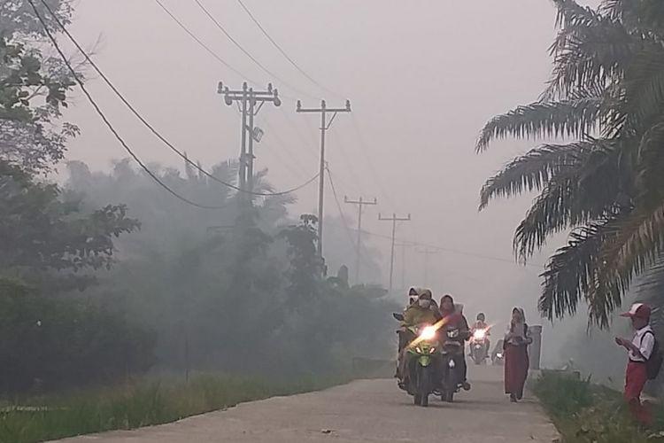 Kondisi kabut asap karhutla yang sangat tebal terlihat di ruas jalan di wilayah Kecamatan Rupat, Kabupaten Bengkalis, Riau, Senin (25/2/2019).
