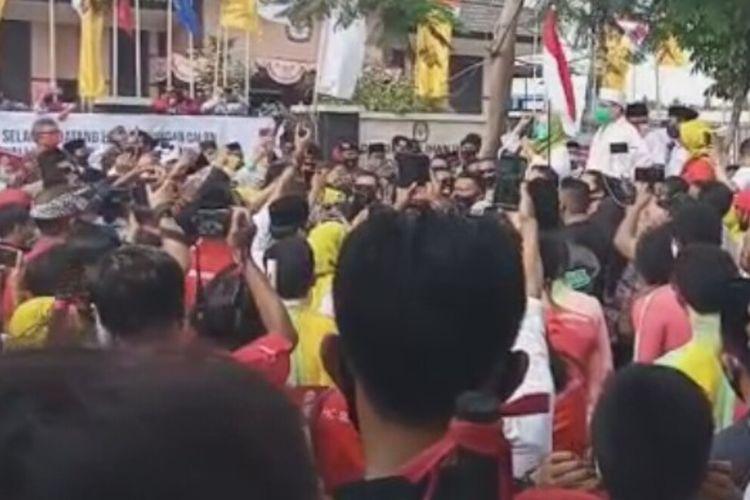 Bapaslon Paket Salam (Hj. Putu Selly Andayani Dan TGH. Abdul Manan), mendaftar ke KPU Kota Mataram, Sabtu (5/9/2020) membawa massa dengan beragam atraksi kesenian di Kota Mataram. Pendukung dan simpatisan bapaslon ini juga mengabaikan protokol. kesehatan covid-19, tak mengindahkan jaga jarak.