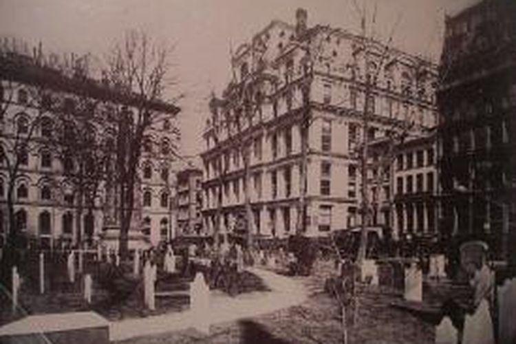 Resesi ekonomi selalu terjadi di suatu negara setelah proyek pembangunan gedung pencakar langit selesai dikerjakan. Equitable Life Building rampung pembangunannya pada 1873, saat bersamaan Amerika Serikat mengalami The Long Depression.