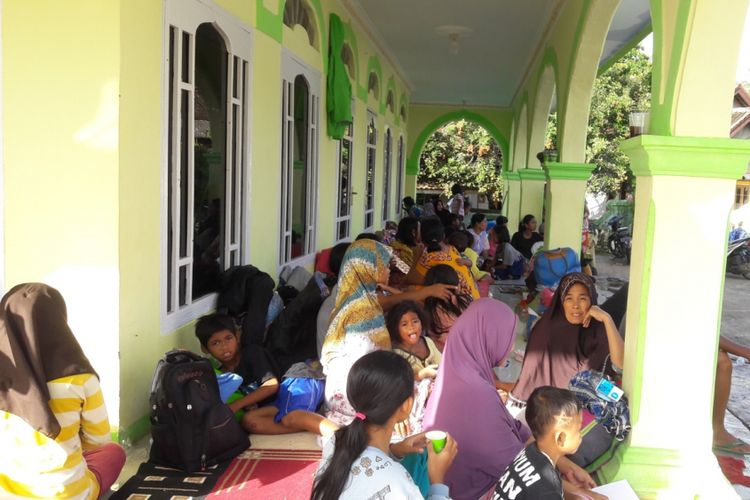 Puluhan pengungsi masih bertahan di Posko Pengungsian Tenjohalang, Kecamatan Jiput, Kabupaten Pandeglang, Kamis (27/12/2018). Sebagian pengungsi memilih bertahan di pengungsian lantaran takut akan tsunami susulan.