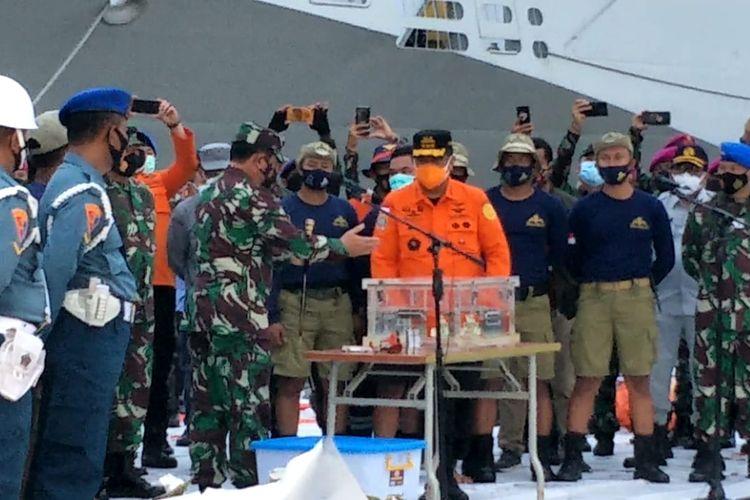 Penyerahan bagian kotak hitam Pesawat Sriwijaya Air ke KNKT di JICT II, Tanjung Priok, Selasa (12/1/2021).