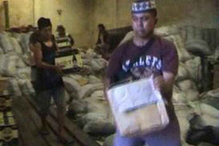 Tidak mengindahkan larangan berjualan miras selama bulan suci Ramadhan, puluhan toko dan kios di Polewali digerebek petugas, Rabu (10/7/2013). Ratusan botol miras disita dari masing-masing toko dan kios.