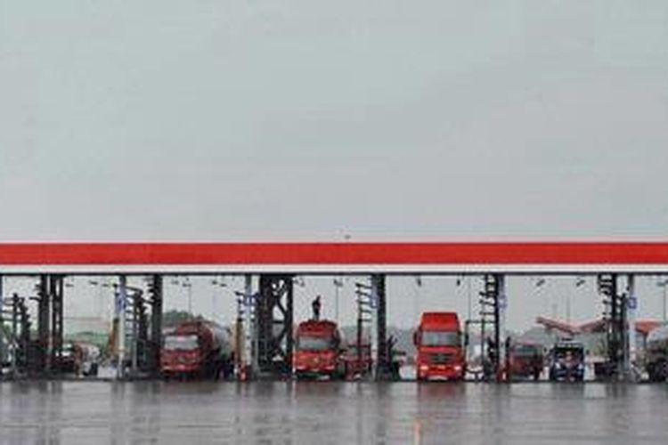 Pengisian bahan bakar minyak ke tangki truk di Depo Pertamina Plumpang, Jakarta.