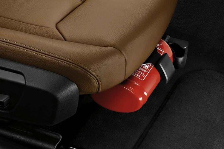 alat pemadam api ringan (APAR) terpasang di dalam mobil