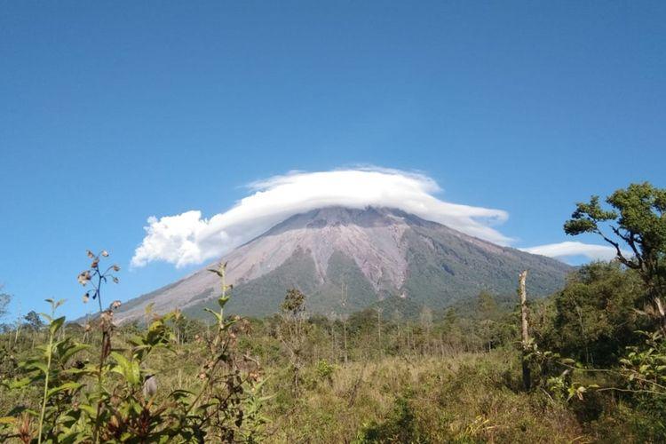 Puncak Gunung Semeru saat ditutupi oleh awan Lenticular, Kamis (7/11/2019).