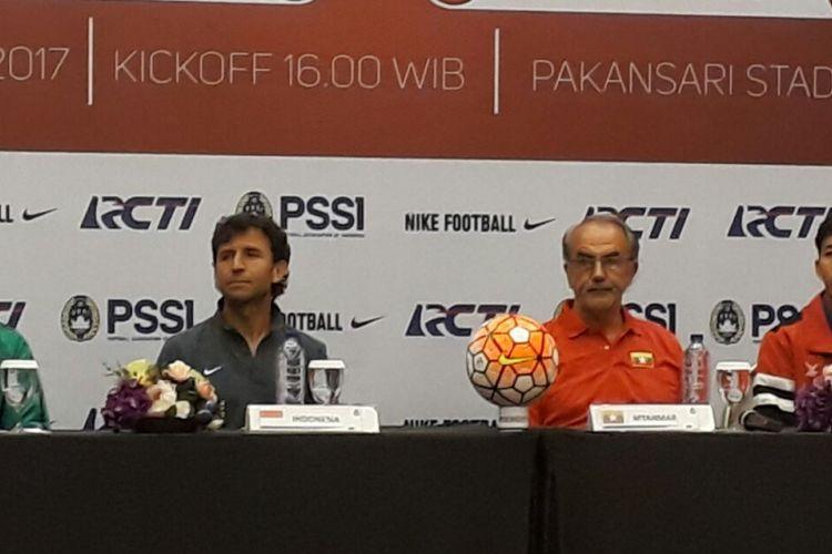 Evan Dimas dan Luis Milla hadir pada konferensi pers jelang pertandingan  uji coba antara timnas Indonesia dan Myanmar, Senin (20/3/2017).