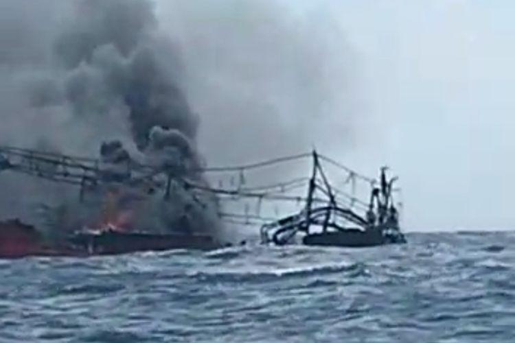 Kapal Motor (KM) Hentri terbakar di peraiaran Kepulauan Tanimbar, Maluku 3 September 2021. Dalam insiden itu 2 ABK dinyatakan tewas, lima selamat dan 25 ABK lainnya masih dinyatakan hilang