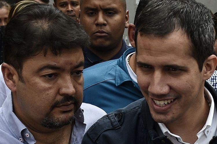 Foto yang diambil pada 8 Maret 2019, memperlihatkan pemimpin oposisi Venezuela, Juan Guaido, bersama kepala staf Roberto Marrero (kiri).