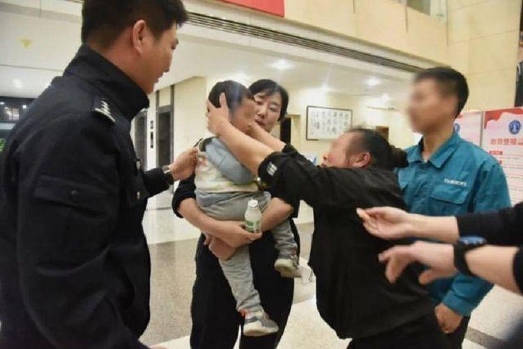Jiajia, bocah berusia dua tahun di China, dikembalikan kepada neneknya setelah dijual oleh ayahnya, dan uangnya dihabiskan bersama istri baru.