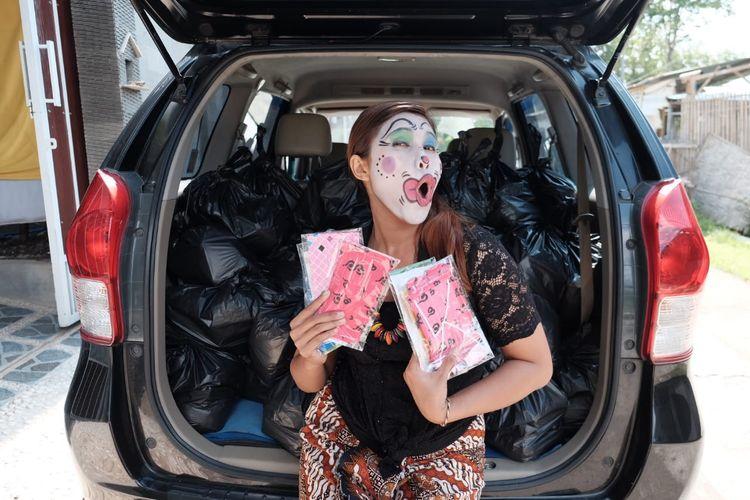 Inem Jogja berbagi sembako, masker, dan hand sanitizer kepada para pedagang kaki lima, driver ojek online, dan lain-lain.