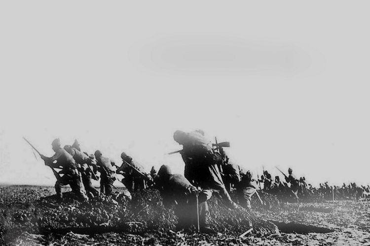 Pasukan Ottoman keluar dari parit dan menyerang posisi pasukan Australia dan Selandia baru dalam pertempuran Anzac Cove, 19 April 1915.