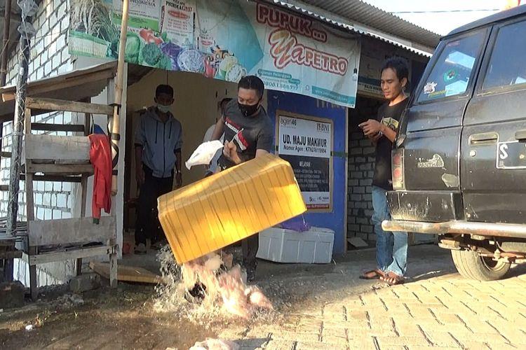 Arif Rahman Hakim, Kepala Desa Socorejo, Kecamatan Jenu, Kabupaten Tuban, Jawa Timur, marah dan membuang daging ayam yang busuk dan bau di tempat Agen penyalur program BPNT. Rabu (12/8/2020)