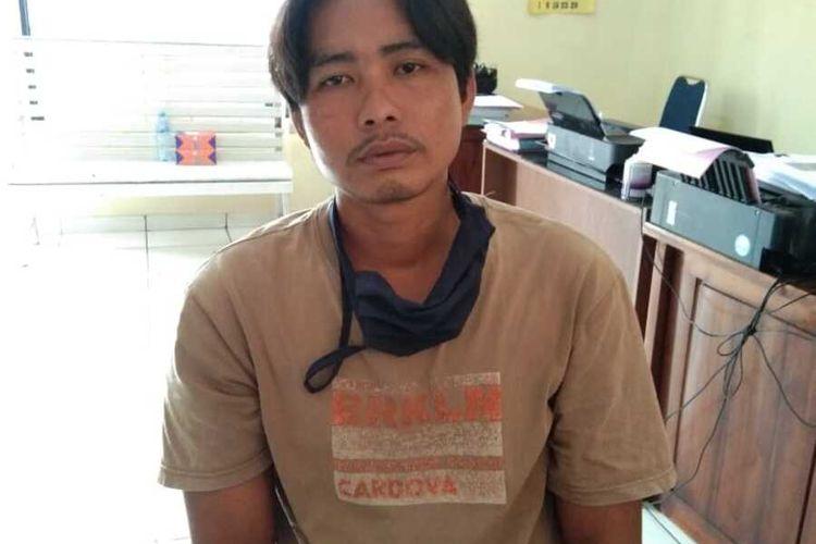 Tersangka Husin Jaya (34) saat berada di Polres Lubuk Linggau usai membunuh keponakannya sendiri lantaran kesal jengkolnya telah dicuri.